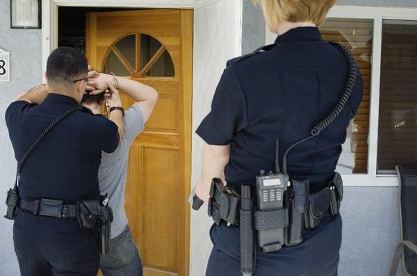 Qué debo hacer si ICE viene a mi puerta?